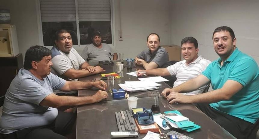 Rasetto gestiona ante el Ministerio de Gobierno y Reforma del Estado, y entrega aportes a los Clubes de Iriondo