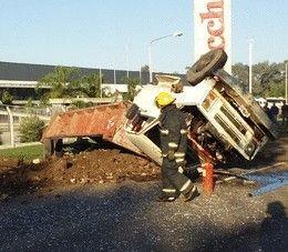 Choque entre un camión y un automovil