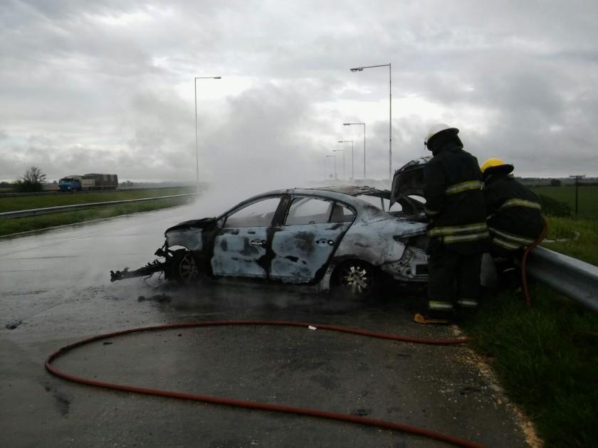 Un auto se incendió en la autopista