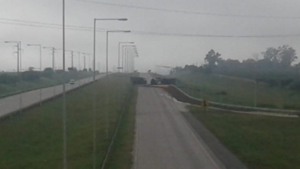 Autopista cortada por accidente de tránsito entre dos camiones