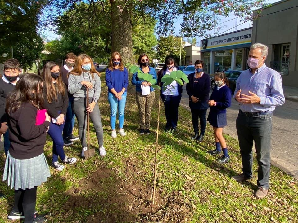 El Municipio y Colegios secundarios plantaron árboles por la memoria