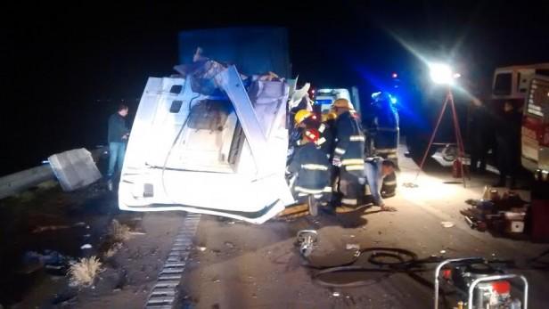 Accidente en la autopista entre dos camiones