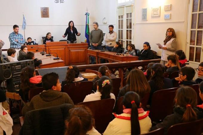 Alumnos de la escuela Sarmiento visitaron el Concejo