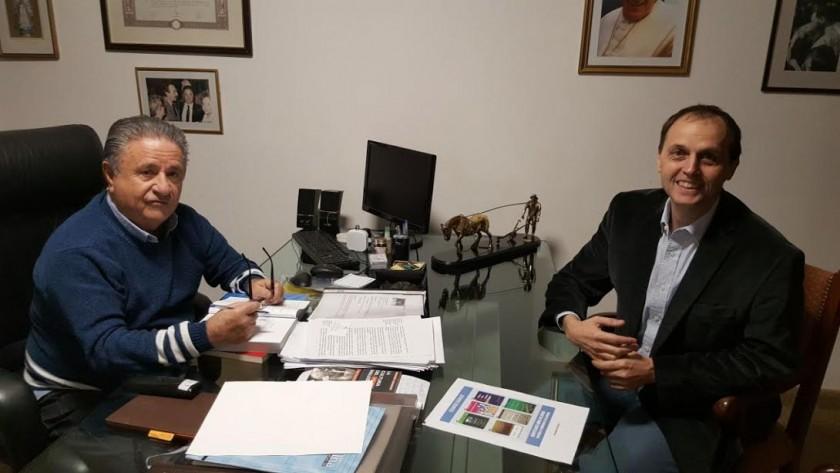 El senador junto al ex-presidente Eduardo Duhalde