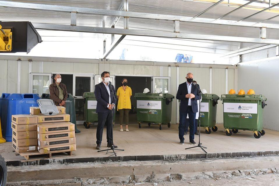 Perotti, Cabandié y Gonnet desde el emplazamiento del Hospital Modular en Granadero Baigorria