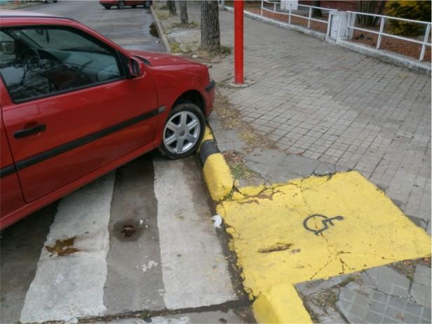 Aumentan al doble las penas por estacionar frente a una rampa