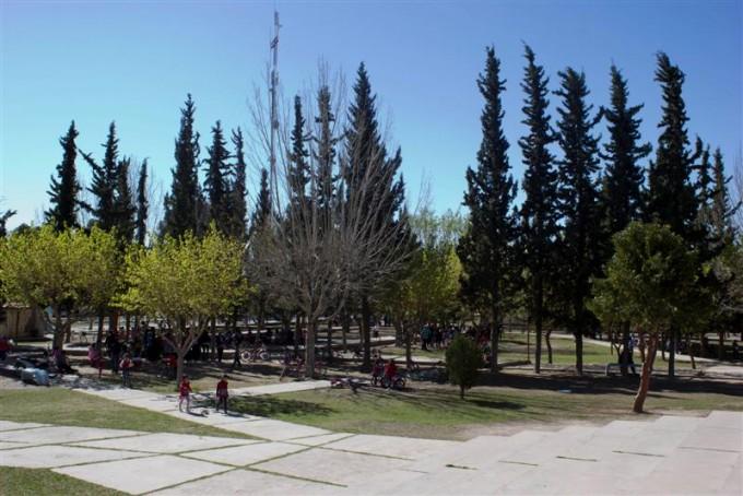 Rasetto entregó fondos para una plaza integradora en Totoras.