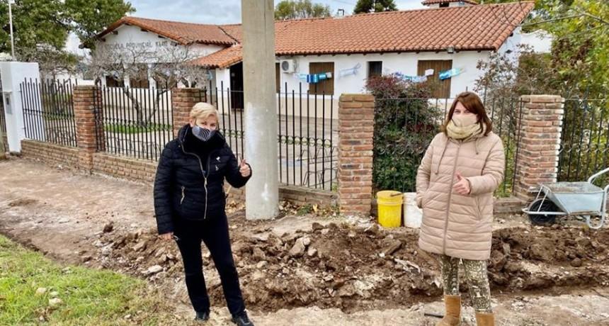 LA INTENDENTA RECORRIÓ TRABAJOS DE VEREDA EN ESCUELA BELGRANO