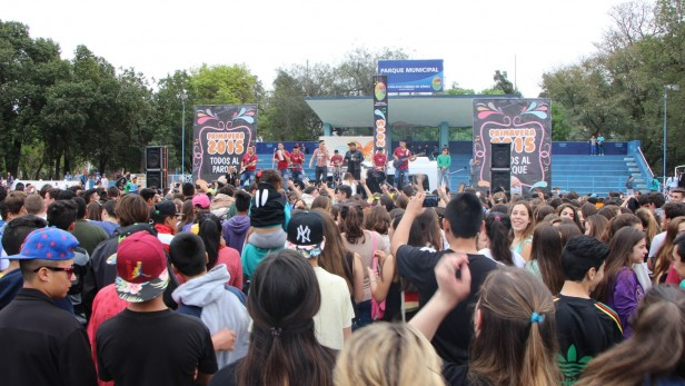 Una multitud de jóvenes recibió la primavera en el parque Municipal