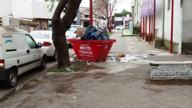 Iniciativa de Mauroni para evitar la acumulación de basura en Ballesteros al 900