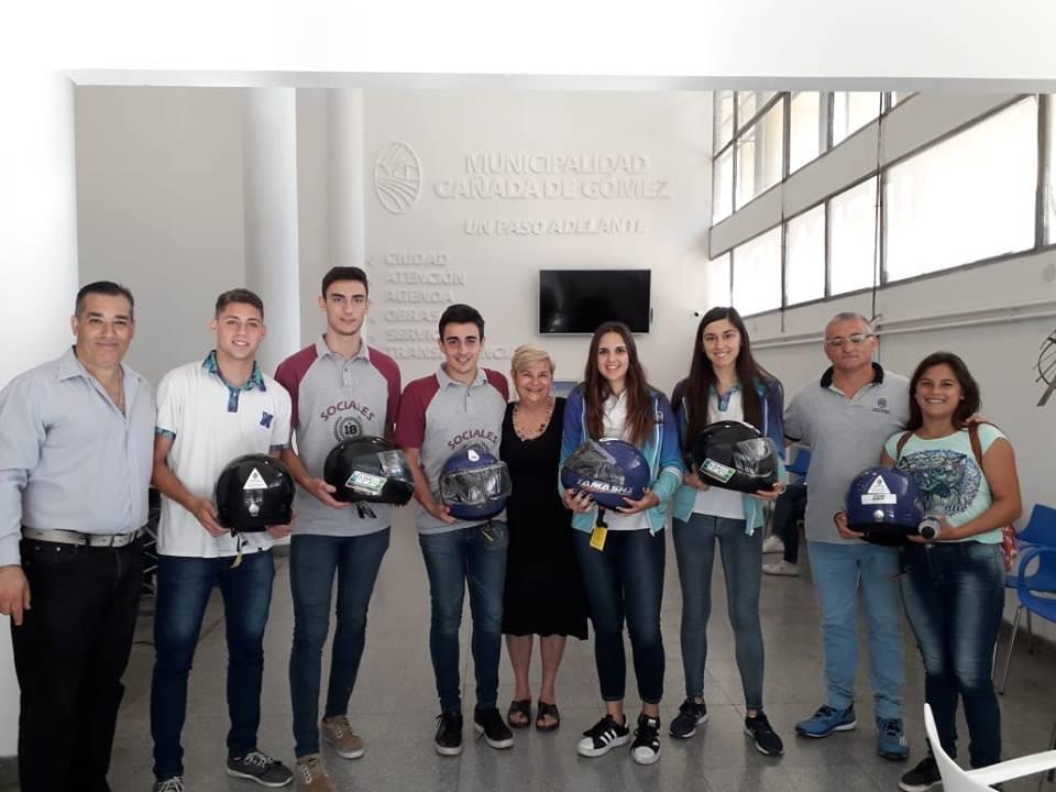 El municipio y APSV entregaron cascos a jóvenes que  tramitan su primera licencia de conducir