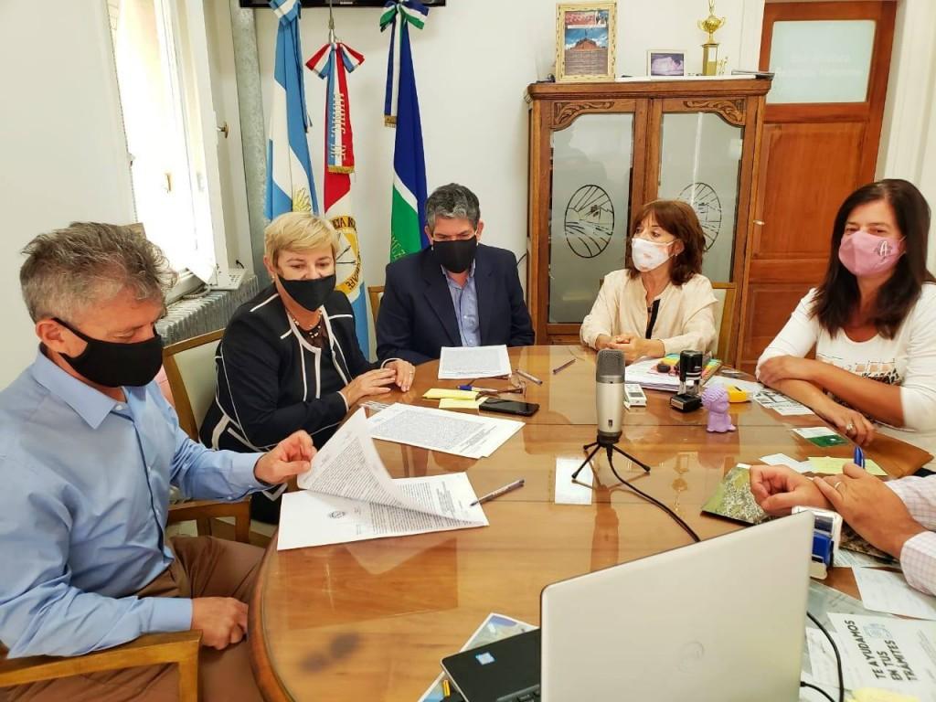 Clérici firmó el contrato de adjudicación de la obra de reconstrucción de Rutas 9 en zonas semaforizadas